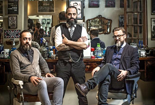 Trzech barberów w barbershopie