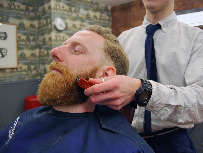 Nakładanie olejku do brody