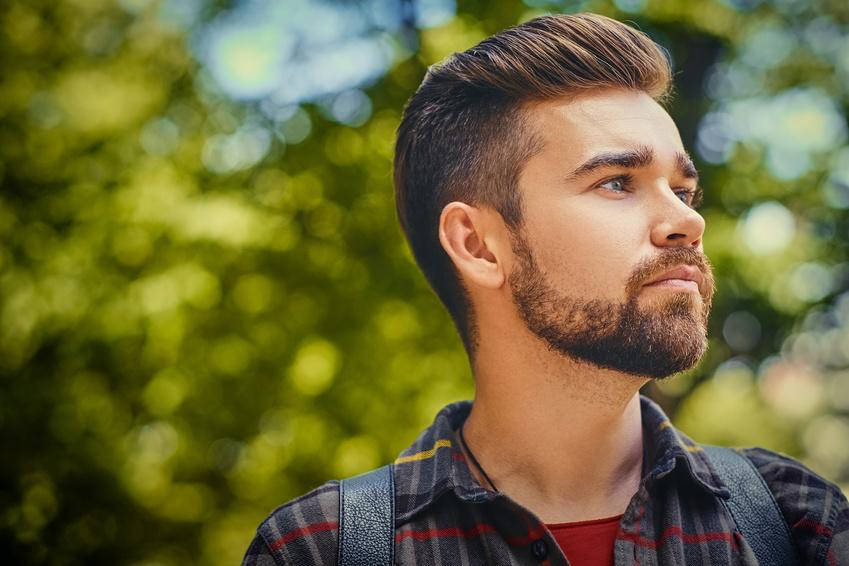 Brodacz zastanawiający się jaki olejek do brody wybrać na wiosnę