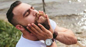 brodacz wcierający olejek do brody