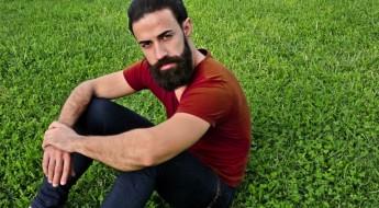 Brodacz n zielonej rosnącej trawie