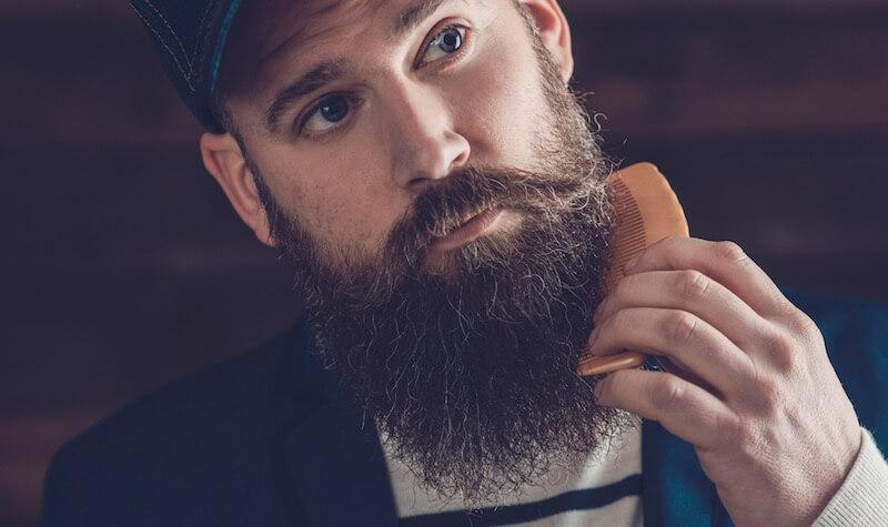 Brodacz używający grzebienia do brody