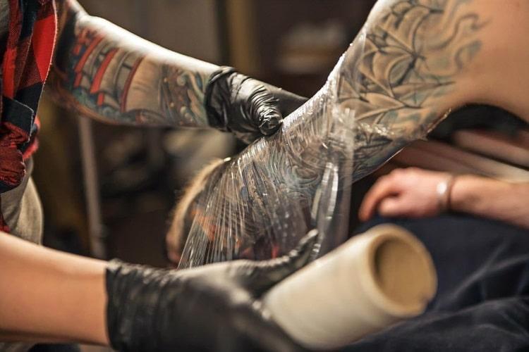 Gojenie tatuażu pod folią ochronną