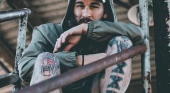Gojenie tatuażu mężczyzna z tatuażami