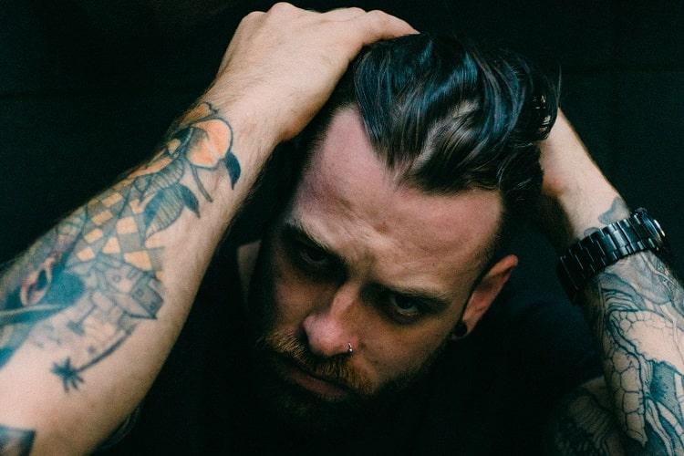 Wytatuowany mężczyzn dba o tatuaż