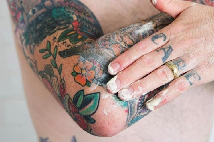 smarowanie tatuażu kremem do gojenia